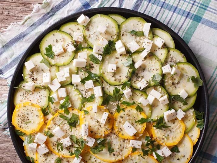 Zucchini Salat mit Käse und Kräutern