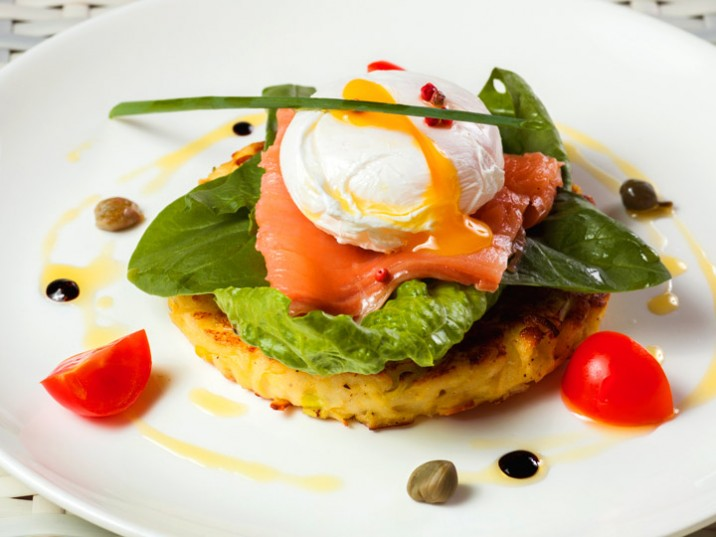 Zucchinipuffer mit Lachs und pochiertem Ei